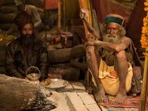 Mahant Amar Bharti Ji en su tienda en Kumbh Mela 2013 imágenes de archivo libres de regalías