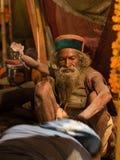 Mahant Amar Bharti Ji Giving Blessings en Kumbh yo fotos de archivo libres de regalías