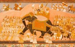 Maharadschareiten auf einem Elefanten und seiner Armee auf historischem Wandgemälde Lizenzfreies Stockfoto