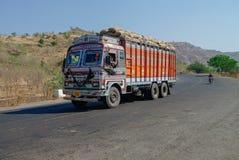 Maharashtra, Índia - 5 de janeiro de 2012: Tipo colorido TATA dos caminhões Fotos de Stock