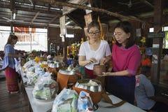 Mahasarakham Tailandia - july8,2017: arroz pegajoso del descenso tailandés de la mujer Fotos de archivo