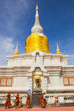 MAHASARAKHAM TAJLANDIA - JULY8,2017: tajlandzki Buddha munk ono modli się ar Fotografia Royalty Free