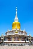 MAHASARAKHAM THAILAND - JULI 15: Det oidentifierade folket tillber Buddhastatyn på den Nadun pagoden på Juli 15, 2015 i Tha Arkivfoto