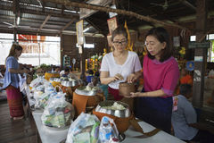 Mahasarakham Thailand - july8,2017: de Thaise kleverige rijst van de vrouwendaling Stock Foto's