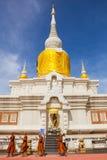 MAHASARAKHAM THAILAND - JULY8,2017: thai buddha munk be ar Royaltyfri Fotografi