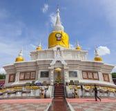 MAHASARAKHAM THAILAND - JULY8,2017: thailändisches buddhistisches betendes aroun Lizenzfreie Stockfotos
