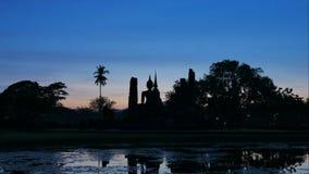 Mahathat-Tempel in historischem Park Thailand, berühmte Touristenattraktion Sukhothai in Nord-Thailand Tag 4K zum Nachtzeitverseh stock footage