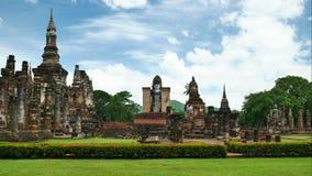 Mahathattempel in het Historische Park Thailand, beroemde toeristische attractie van Sukhothai in noordelijk Thailand stock footage