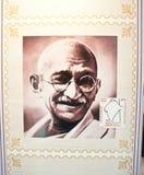 Mahatma Gandhi gedachte im indischen Stempel Stockbild