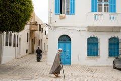 MAHDIYA, TUNISIA - 21 MAGGIO: la vecchia via tunisina è la città Fotografia Stock