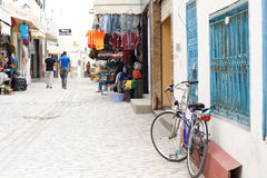 MAHDIYA, TUNISIA - 21 MAGGIO: passeggiata della gente attraverso Medina fotografia stock libera da diritti