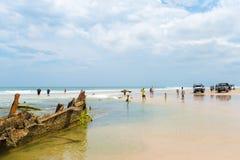 Maheno的人们在75英里海滩,其中一个遭受海难在弗雷泽岛的最普遍的地标,费沙尔海岸,昆士兰, Aus 库存图片