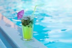 Mahitoglas dichtbij de pool stock foto
