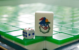 mahjong瓦片的说笑话者和在mahjong瓦片的一个模子 免版税图库摄影