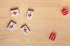 mahjong的红色模子和骨头瓦片在浅褐色的木背景 免版税图库摄影