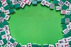 Mahjong-Fliesen auf grünem Hintergrund Lizenzfreies Stockbild
