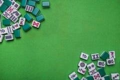 Mahjongtegels op Groene achtergrond Stock Afbeeldingen