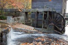 Mahlgutmühle mit Wasserrad Stockbild