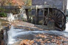 Mahlgutmühle mit Wasserrad Lizenzfreies Stockfoto