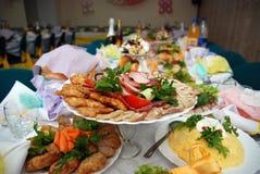 Mahlzeit auf der gedienten Tabelle Lizenzfreie Stockfotografie