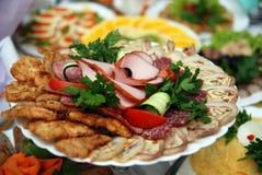 Mahlzeit auf der gedienten Tabelle Stockbild