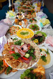 Mahlzeit auf der gedienten Tabelle Stockfotografie