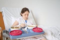 Mahlzeit im Krankenhauszimmer Stockbilder
