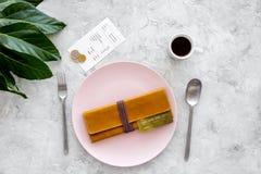 Mahlzeit ist vorbei Bill, Bankkarte, Münzen auf leerer Platte auf grauer Steintischplatteansicht Stockfoto