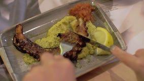 Mahlzeit mit Krakenteller im Café haben stock footage