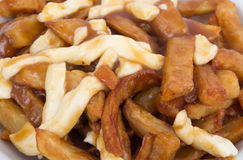 Mahlzeit Poutine Quebec mit Pommes-Frites Stockbilder