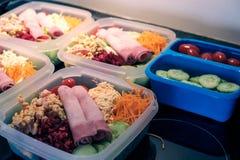 Mahlzeiten in den Plastikbehältern stockfotos
