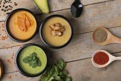 Mahlzeiten des strengen Vegetariers in den runden Plastikkästen, richtige Nahrung lizenzfreies stockfoto