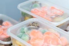Mahlzeitvorbereitung Schließen Sie oben von den Bratenabendessen in den Behältern Lizenzfreies Stockfoto