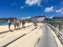 Maho Beach connue sous le nom de plage d'aéroport dans Sint Maartin Images stock