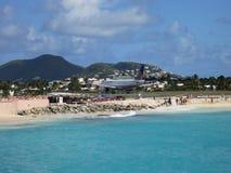 Maho Beach e pista de decolagem em Sint Maarten Fotos de Stock Royalty Free