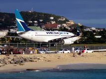 Maho Beach en WestJet in Sint Maarten Royalty-vrije Stock Foto's