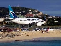 Maho Beach et WestJet chez Sint Maarten Photos libres de droits