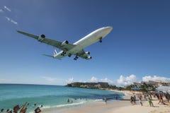 Maho Beach, Sint Maarten - 20 van Oktober 2016: Laag Vliegend Plan Stock Fotografie