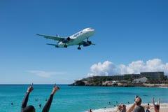Maho Beach, Sint Maarten - 20 van Oktober 2016: Laag Vliegend Plan Royalty-vrije Stock Foto
