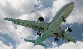 Maho Beach, Sint Maarten - 20 van Oktober 2016: Laag Vliegend Plan Stock Afbeelding