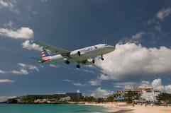 Maho Beach, Sint Maarten - 20 van Oktober 2016: Laag Vliegend Plan Stock Foto
