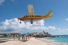 Maho Beach, Sint Maarten - 20. vom Oktober 2016: Tiefflug-Plan Lizenzfreie Stockbilder