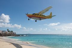 Maho Beach, Sint Maarten - 20. vom Oktober 2016: Tiefflug-Plan Lizenzfreies Stockfoto