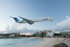Maho Beach, Sint Maarten - 20. vom Oktober 2016: Tiefflug-Plan Lizenzfreie Stockfotografie