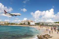 Maho Beach sur Sint Maarten image libre de droits