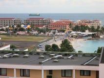 Maho Beach- und Flughafenrollbahn bei Sint Maarten Stockfotos