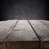 Mahognytabell på grey Royaltyfri Foto