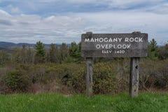 Mahogony-Felsen übersehen Zeichen auf blauen Ridge Parkway lizenzfreie stockbilder