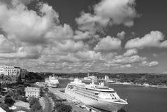 Mahon, Испания - 6-ое апреля 2010: пассажирский корабль в морском порте Вкладыш круиза в гавани моря Курсировать для удовольствия стоковые фото