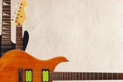 Mahoniowy i czarni elektryczny rockowy headstock na szorstkim kartonowym tle z obfitością kopii przestrzeń i gitary, Obraz Royalty Free
